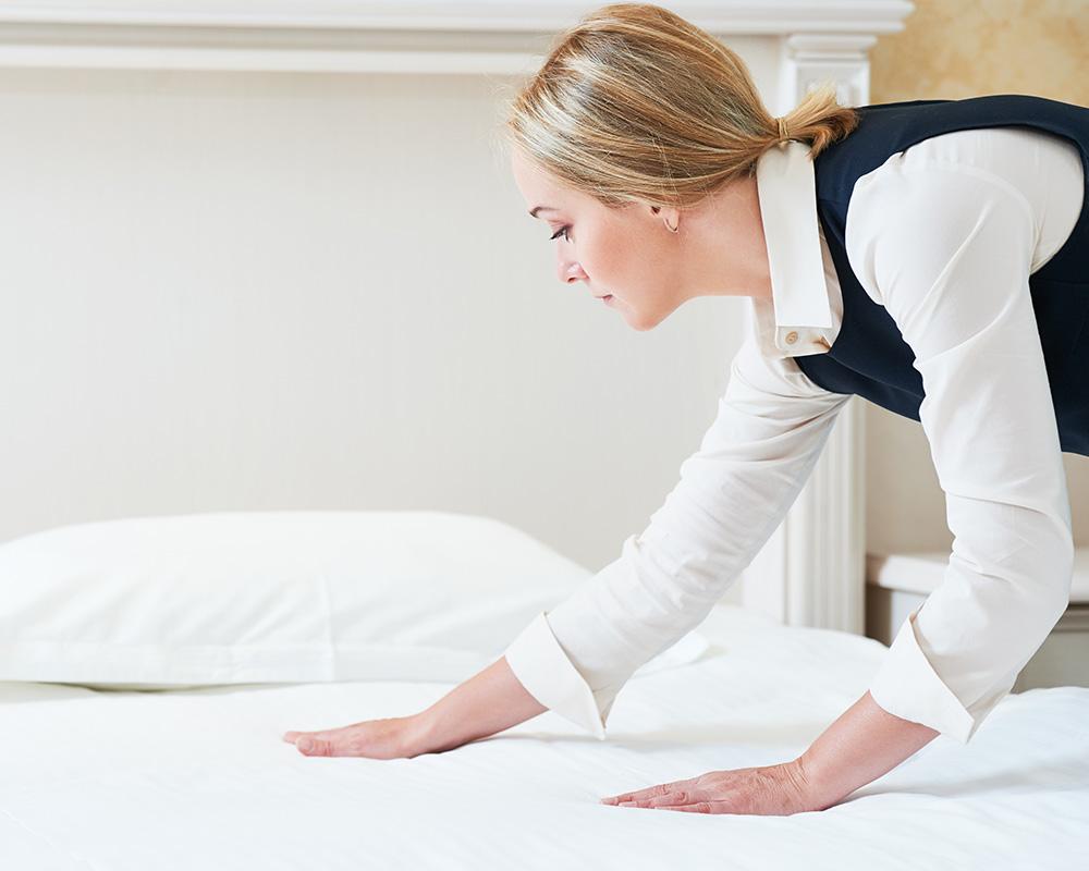 Lady Setting Duvet Cover on Bed Sheet, Bed Sheet, Duvet Covers, Duvet Cover Supplies in Dubai